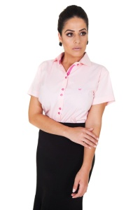 camisa-feminina-manga-curta-rosa-claro-frente-braco