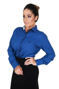 camisa-social-feminina-azul-botoes-diversos-frente-cintura