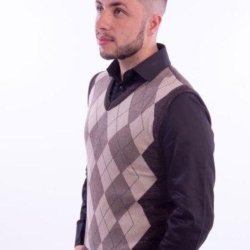 colete-masculino-marrom-geometrico-cinza-lado