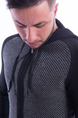 jaqueta-masculina-com-capuz-preta-detalhe